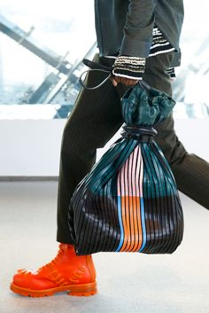 See detail photos for Kenzo Fall 2015 Menswear collection. Fashion Bags, Fashion Show, Fashion Accessories, Mens Fashion, Fashion Design, Fashion Trends, Fall Fashion, Dior Saddle Bag, Saddle Bags