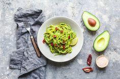 Hektik den ganzen Tag über und dann noch lange am Herd stehen? Ne! Unsere Pasta mit Avocado-Grünkohl-Pesto ist in 15 Minuten fertig und leckerst sowieso ?