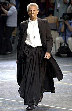 Yohji Yamamoto Spring/Summer 2004 how cool does this manly man look? Yoji Yamamoto, Men Wearing Skirts, Man Skirt, Androgynous Fashion, Lookbook, Mode Inspiration, Well Dressed, Men Dress, Ideias Fashion