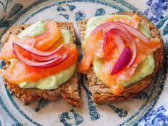 Siken marinoitu punasipuli ja avokadotahna kruunaavat leivän kuin leivän. Antipasto, Salmon Burgers, Sandwiches, Food And Drink, Healthy Recipes, Healthy Food, Dinner, Vegetables, Ethnic Recipes
