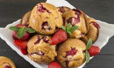 Muffins aux fraises et à la compote de pommes... pas trop sucrées, mais juste assez! Croissants, Muffin Fruits Rouges, Blueberry Rhubarb, Muffins, Apple Fruit, Sweet Bread, Cookie Bars, Biscuits, Deserts