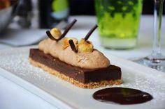 Sablé aux amandes, crémeux Gianduja & praliné noisette à la carte des desserts du restaurant le Café la Jatte à Neuilly sur Seine ! #food #dessert #sablé #praliné #noisette #amande #gianduja