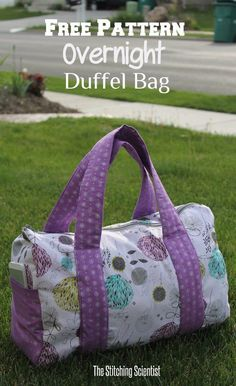 Sew Bag Sac week-end - tuto - Try out this free pattern overnight duffel bag to take on your next overnight trip. Diy Sewing Projects, Sewing Projects For Beginners, Sewing Hacks, Sewing Tutorials, Sewing Tips, Sewing Ideas, Sewing Basics, Bags Sewing, Sewing Crafts