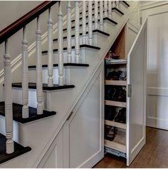 im Raum unter der Treppe kann man Vieles unterbringen
