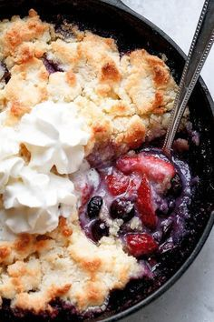 Cobbler {Low-Carb, Keto} Keto Berry Cobbler - The perfect summer dessert, with a Keto twist. Super easy to make and absolutely delicious!Keto Berry Cobbler - The perfect summer dessert, with a Keto twist. Super easy to make and absolutely delicious! Keto Foods, Ketogenic Recipes, Low Carb Recipes, Cooking Recipes, Ketogenic Diet, Fast Recipes, Food Recipes Summer, Keto Desert Recipes, Keto Carbs