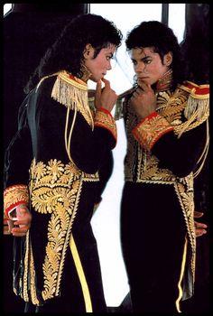 Yaramaz, çocuk gibi muzur asker Michael Jackson!!!!! Çok aksi de olabilir!!!! Öldüğünde midesinden elma çıkmıştı!!!!!! Titiz!!!