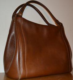 Leder Handtasche aus den 60er Jahren mit 2 Fächern  quasi 2 Taschen in einem  Die Tasche ist Braun und sehr edel und hochwertig gearbeitet           Siehe Bilder ...   Guter Vintage Zustand,...