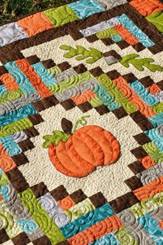 Harvest quilt with pumpkins, so cute. Love the quilting detail.