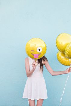 How to Turn Your Favorite Emoji Faces into Balloons Party Emoji, Emoji Feliz, Ballon Emoji, Ballons Fotografie, Emoji Easter Eggs, Balloons Photography, Yellow Photography, Mellow Yellow, Party Time