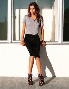 La jupe noire est l'une de ces pièces basiques dont aucune femme ne peut se passer. Facile à porter au quotidien, au bureau, pour sortir, elle peut s'adapter à beaucoup d'occasions et de tenues. Qu'elle soit de coupe droite ou trapèze, fourreau, patineuse ou fendue, voici quelques idées de tenues afin de porter la jupe noire avec style.