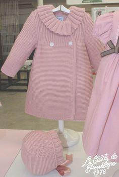 Abrigo con capota disponible en varios colores y en tallas de meses. Crochet Baby Jacket, Knit Baby Dress, Knitted Baby Cardigan, Knit Baby Booties, Knitted Coat, Knitting For Kids, Baby Knitting Patterns, Baby Patterns, Baby Coat