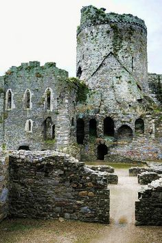 The ruins of Kidwelly Castle, Carmarthenshire, #Wales, a Norman castle overlooking the River Gwendraeth.  #travel #tourism