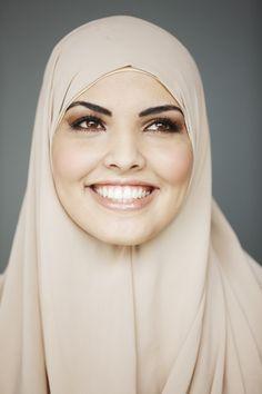 """""""Met deze hoofddoek lijk ik veel op mijn mamma. Als ik hiermee op straat loop, denken veel mensen ook dat ik haar ben.""""  #hoofddoek #hijab  http://www.hoofdboek.com/"""