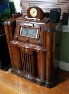 Love this radio. Art Deco Furniture, Antique Furniture, Vintage Tv, Vintage Antiques, Antique Radio Cabinet, Radios Retro, Vintage Television, Old Time Radio, Transistor Radio