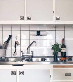 Närbild på ett av våra tidigare levererade funkiskök 👍🏻 Bild från @frodolino1970 #funkiskök #massivaträkök #köksinspiration #köksdetaljer… Eames, Morris, Condo Living, Cool Rooms, Kitchen Interior, Home Kitchens, Small Spaces, New Homes, Dining Room