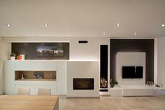 Salón / comedor  con televisión colgada sobre panel en blanco combinado con roble.