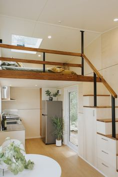 The loft bedroom is situated above the kitchen. The staircase is outfitted with drawers and a tall cabinet for cooking tools. Tiny Loft, Tiny House Loft, Tiny House Living, Tiny House 2 Bedroom, Tiny House Family, Tiny House Stairs, Family Houses, Tiny House Bathroom, Small Bathrooms
