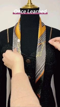 Ways To Tie Scarves, Ways To Wear A Scarf, How To Wear Scarves, Covet Fashion, Diy Fashion, Fashion Outfits, Fashion Tips, Scarf Wearing Styles, Scarf Styles
