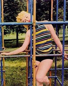 Marilyn Monroe💋 reads James Joyce's Ulysses in a children's playground Photographed by Eve Arnold 1955 Richard Avedon, Marilyn Monroe Photos, Norma Jeane, Celebs, Actresses, Women, Candle, Playground, Long Island