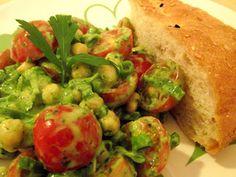 Kichererbsen-Salat mit Cherry-Tomaten und veganem Petersilie-Minz-Joghurt-Dressing - vegane Rezepte auf Laubfresser
