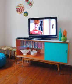 Retro Tansey -Maybe you should do something like this for your entertainment center! Casa Retro, Retro Home, Retro Rv, Retro Arcade, Mid Century Decor, Mid Century Furniture, Retro Furniture, Diy Furniture, Furniture Websites