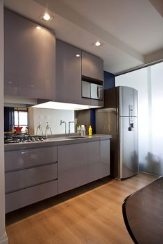 Mirrored backsplash on Small 45 Square-Meter Apartment Design Optimized by Maurício Karam