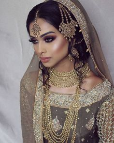 Indian fashion has changed with each passing era. The Indian fashion industry is rising by leaps and bounds, and every month one witnesses some new trend o Indian Bridal Makeup, Asian Bridal, Pakistani Bridal Jewelry, Indian Bridal Jewelry Sets, Bridal Looks, Bridal Style, Braut Make-up, Desi Wedding, Exotic Wedding