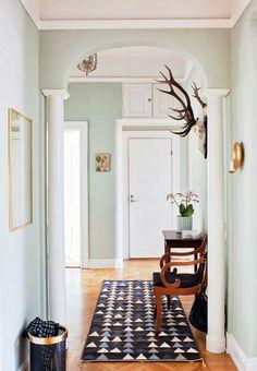 Banquinho de madeira no corredor