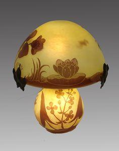 Lámpara con decoración de nenúfares / Lamp with waterlilies decoration .  André Delatte