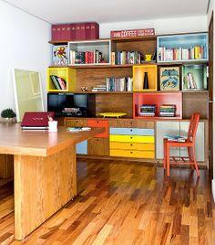 Para organizar os documentos e os livros no home office, a equipe do escritório Goa Arquitetos criou uma estante que foge do comum. O móvel de madeira, obra do marceneiro Aparecido Batista, tem módulos coloridos encaixados entre as prateleiras com 3 cm de