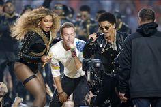 Beyoncé Chris Martin et Bruno Mars sur scène lors de la finale du Super Bowl à Santa Clara hier. Devant les 65.000 spectateurs du stade de Santa Clara et les quelque 150 millions dAméricains devant leur télévision les stars ont fait le show à la finale de la 50ème édition du Super Bowl qui opposait les équipes de Denver et de Carolina.  Le match a été ouvert par lhymne américain chanté par Lady Gaga vêtue aux couleurs du drapeau: tailleur rouge à paillettes ongles bleus et chaussures à…