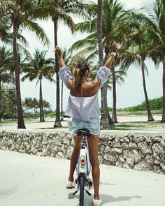 "JULIE SARIÑANA (@sincerelyjules) na Instagramie: ""Seeeee you soon MIA! ✌🏽🌴🚲"""