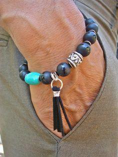 La guérison spirituelle, Fortune, Bracelet masculine de Protection avec un superbe design de Semi précieux et de plus haute qualité de 10mm Onyx mat avec une bande polie, une focale chunky African Turquoise/veines sombres, noirs sculpté bois, une perle de Bali, Gunmetal Rondelles et fabriqués à la main noir cuir fil enveloppé glands. Un vraiment OOAK artistique morceau pour lhomme de Bohème. Très élégant bracelet sadapte à un poignet de taille standard 7,5 pouces ou 19,05 cm à 8,5 pouces...