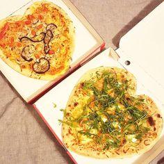 WHOOOOP! De perfecte afsluiter van Valentijnsdag (of welke dag dan ook right?!)  Verse steenoven pizza's van @popipizza in een hartjesvorm! Hoe leuk is dat!  Ik had zo'n honger dat ik hèèl die pizza achter mijn kiezen heb gedrukt en die was ècht mega groot hahaha! Proud of myselfie!  Devarana sauna resort was heerlijk vandaag ik ben weer helemaal zen en klaar voor een nieuwe week!  Mààr vanavond staat nog in het teken van date night dekentje op de bank inclusief foodbaby () fruit op tafel…