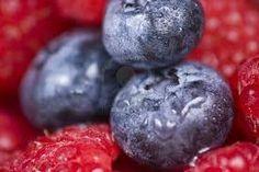 Voeding voor het gezonde brein. BOSBESSEN, FRAMBOZEN, AARDBEIEN en CRANBERRIES bevatten allemaal antioxidanten, zoals vitamine A,C en E, luteïne, lycopeen en selenium, die belangrijk zijn voor KENNISVERGARING, COÖRDINATIE en het GEHEUGEN. Bosbessen zijn mogelijk het beste breinvoedsel op aarde omdat ze de kracht van de hersensignalen versterken.