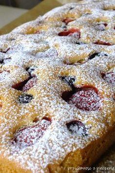 Przyjemność z pieczenia: Puszysty placek z truskawkami i borówkami Holiday Cakes, Holiday Desserts, Baking Recipes, Dessert Recipes, Polish Desserts, First Communion Cakes, Delicious Deserts, Different Cakes, Pound Cake Recipes