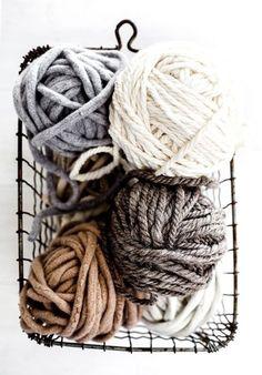 ovillos de lana y totora