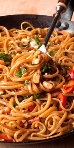 Easy Thai Noodles With Peanut Sauce is a spicy Thai noodle dish. I made it with sweet and spicy peanut sauce. This super quick noodle recipe calls for colorful veggies, peanut butter, and soy sauce. Asian Noodle Recipes, Asian Recipes, New Recipes, Vegetarian Recipes, Cooking Recipes, Favorite Recipes, Healthy Recipes, Recipes Dinner, Recipes With Spaghetti Noodles