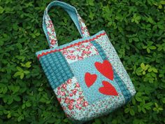 bolsa em patchwork feita com tecido 100% algodão, com detalhes de feltro e pespontos feitos à mão. Forrada com manta acrílica. R$60,00
