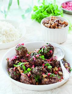 Dit recept voor gehaktballetjes in een walnoot- en granaatappelsaus komt uit het heerlijke kookboek De Joodse keuken van Janna Gur. Verwarm de oven voor op 190°C. Bedek een grote bakplaat met bakpapier. Rasp de ui op een grove rasp en knijp het overtollige vocht eruit. Doe in een grote kom. Voeg het vlees, de walnoten, ui, peterselie, …