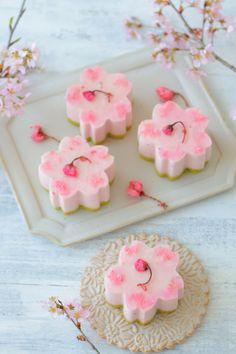 Rockin Pink Skulls With Bows Japanese Snacks, Japanese Sweets, Japanese Food, Japanese Wagashi, Japanese Candy, Cute Desserts, Asian Desserts, Kawaii Dessert, Dessert Food