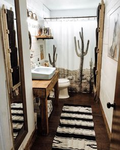 western Bathroom Decor Expert Tips For Decorating a New Western home Western Bathroom Decor, Western Bathrooms, Brown Bathroom Decor, Bathroom Styling, Bathroom Ideas, Western House Decor, Shiplap Bathroom, Bathroom Organization, Boho Bathroom