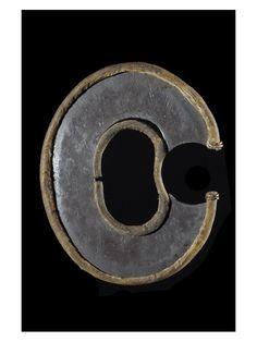 """Ce type d'arme très particulière est constituée d'un disque d'acier dont le tranchant est protégé par un anneau de cuir gras. Ces armes, que les population locales appellent """"ararait"""" (terme commun aux couteaux de poignets et aux couteaux de doigts) trouveraient leur origine chez les Turkana. On les trouve désormais également ches lesAcholi, Shuli, Toposa, Nuba, Shiluk, allant duKenyaauSoudanen passant par l'Ouganda."""