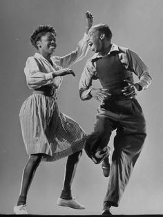 Leon James & Willa Mae Ricker demonstrating a step of The Lindy Hop. (Photo by Gjon Mili//Time Life Pictures/Getty Images) Jan 1943 Just Dance, Dance Like No One Is Watching, Shall We Dance, Happy Dance, Lindy Hop, Gjon Mili, Bailar Swing, Boris Vian, Swing Dancing