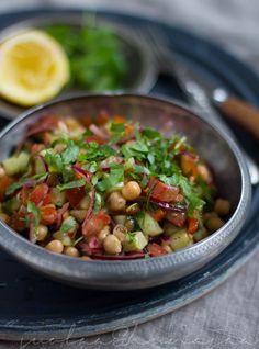 Mausteinen kikhernesalaatti maustetaan korianterilla, sumakilla, chilillä ja jeeralla Lähi-idän henkeen.