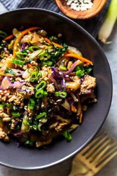 Egg Roll In a Bowl is a quick and healthy weeknight dinner that will satisfy your takeout cravings! All the delicious flavors of an egg roll in a low carb, keto friendly, easy 20 minute recipe! Healthy Weeknight Dinners, Fast Easy Meals, Healthy Lunches, Baked Chicken, Chicken Recipes, Roasted Chicken, Low Sodium Soy Sauce, Coleslaw Mix, Easy Dinner Recipes