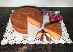 La torta alle prugne è un dolce sofficissimo che si prepara velocemente; è ideale per un tè con le amiche o per un brunch leggero e genuino.