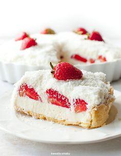 Tarta Raffaello z truskawkami Sweet Pie, Sweet Tarts, Köstliche Desserts, Dessert Recipes, Raffaello Dessert, Snickers Torte, Cookies And Cream Cake, Vegan Junk Food, Strawberry Cakes