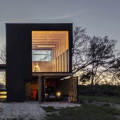 Tři ze čtyř stěn tvořívelké  skleněné plochy a pokud jste fanoušky četby a knih, tento dům by pro vás byl tím, co je nazýváno ráj ♥  Knih je...