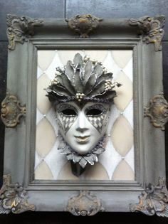 Mask decorated in grey/beige in an old restored frame. Venetiaans masker gemaakt door Cabeau.